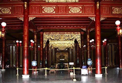 Cung điện với sơn son thếp vàng